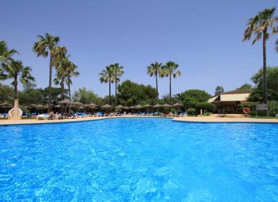 Piscina con tumbonas Hotel Garbí Cala Millor