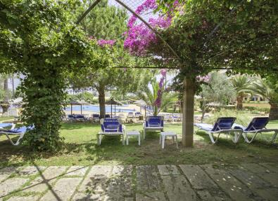 Jardin de la piscine de l'Hôtel Garbí Cala Millor
