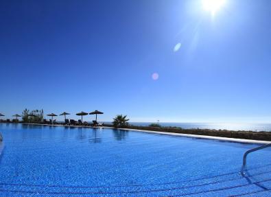 Piscina del Hotel Garbí Costa Luz cerca del mar