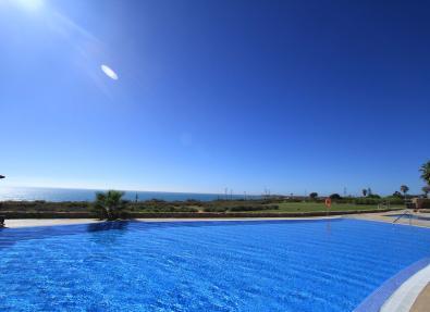 Piscina del Hotel Garbí Costa Luz con vistas al mar