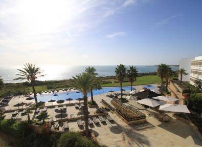 Piscina del Hotel Garbí Costa Luz con vista al mar