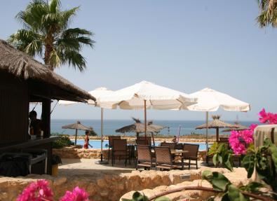 Bar de la piscina del Hotel Garbí Costa Luz