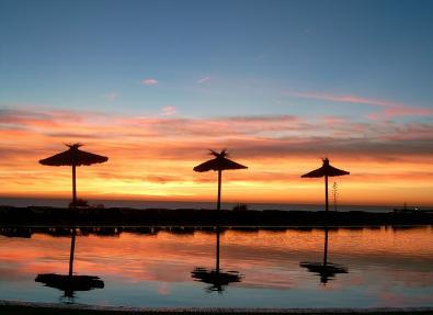 Atardecer en la piscina del Hotel Garbí Costa Luz