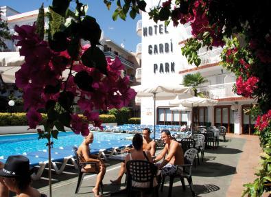 Entspannen Sie im Pool des Hotels Garbí Park