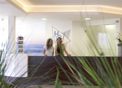 Rezeption des Garbí Park Hotels
