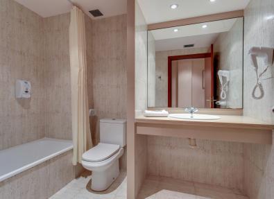 Salle de bain de la chambre de l'hôtel Gran Garbí Mar